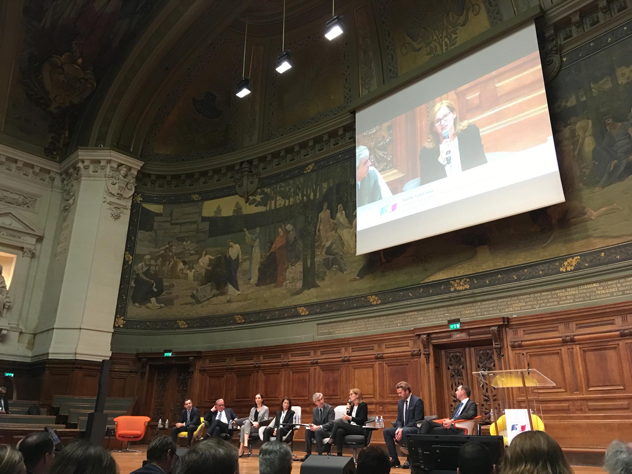 Amélie Vidal-Simi lors du débat sur l'inclusion des jeunes générations dans l'entreprise animé par Alexis Brezet, directeur de la rédction du Figaro