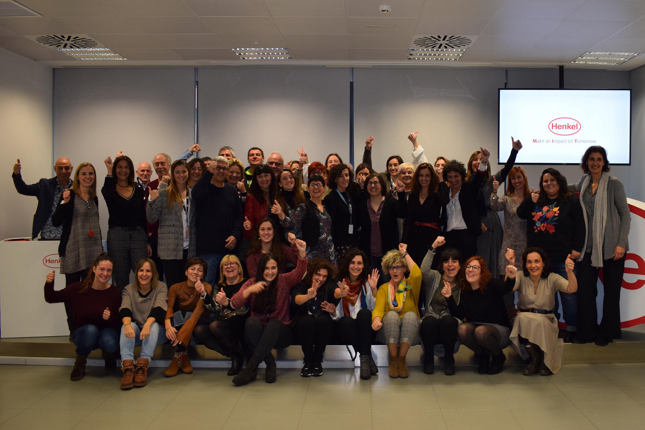 Los empleados de Henkel Ibérica con los representantes de los 29 proyectos presentados