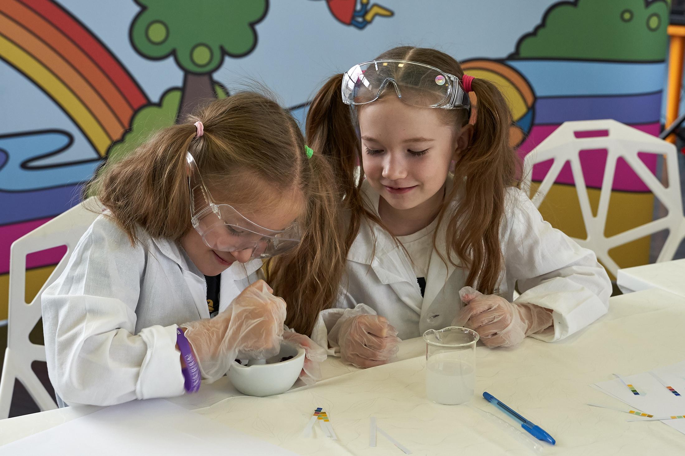 Юные исследователи проводят свои первые научные эксперименты.