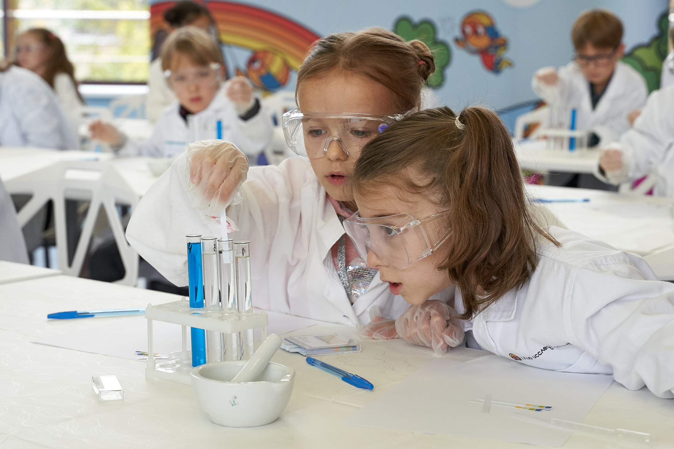С помощью лакмусовой бумаги дети научились определять кислотность растворов.
