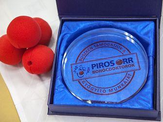 Immár 10 éve zajlik az a program, amelynek keretében, ha valaki egy adott időszakban Persil mosószert vagy Silan öblítőt vásárol a SPAR és INTERSPAR üzletekben, egyben a Piros Orr Bohócdoktorok munkáját is támogatja