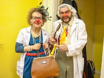 A bohócdoktorok speciálisan képzett előadóművészek, akik a kórházban párosával dolgoznak