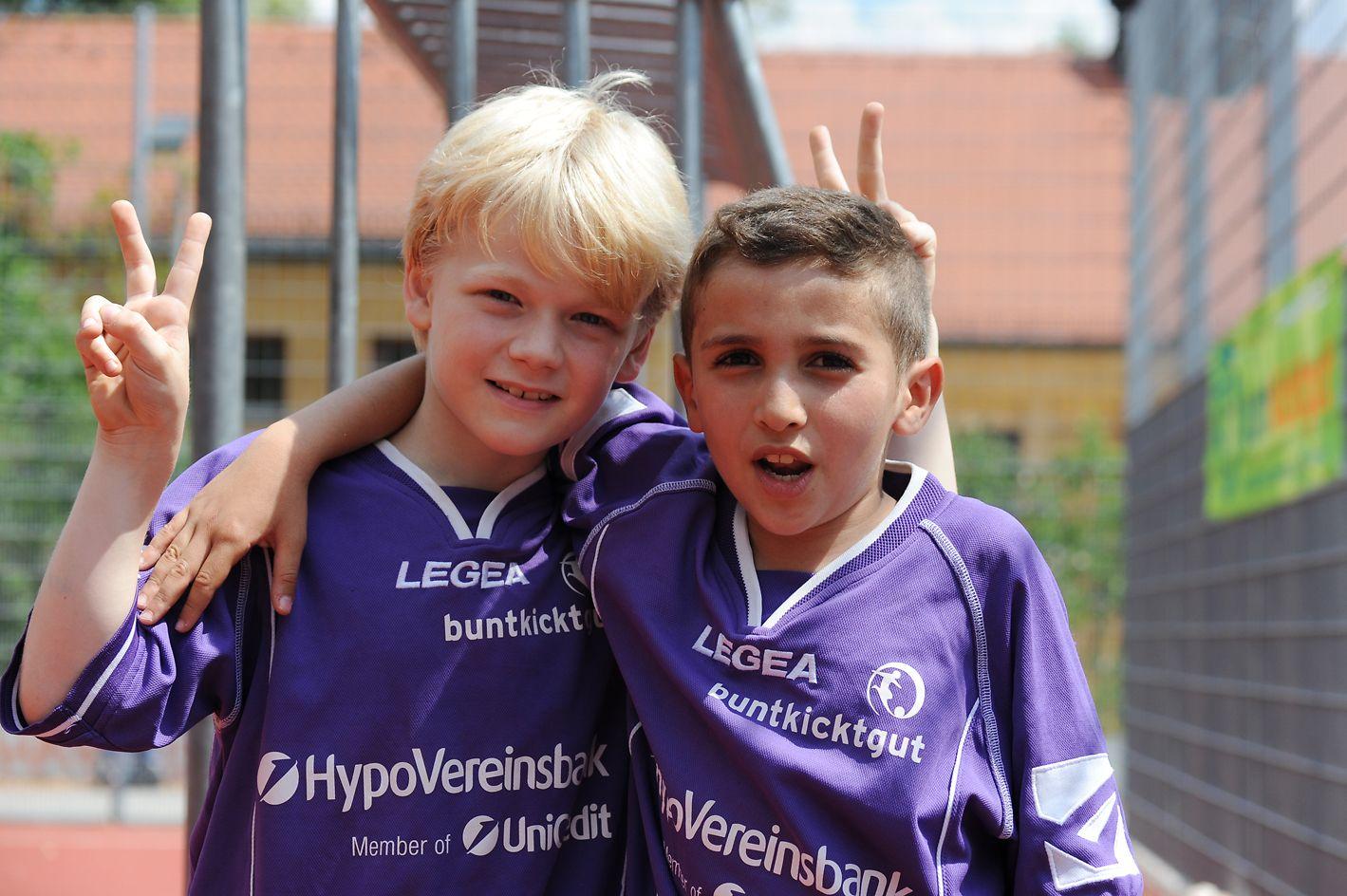 Die soziale Initiative Buntkicktgut organisiert Straßenfußball für Kinder und Jugendliche verschiedener kultureller und nationaler Herkünfte.