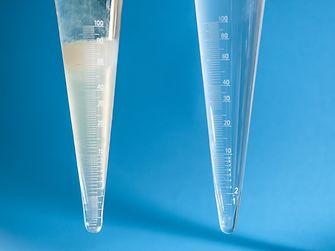 In tests, sedimentation was found to be significantly stronger in the caustic soda solution with the casein-based adhesive (left) than in the comparable solution with Optal XP from Henkel