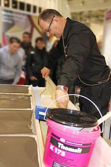 In einer mobilen Werkstatt wurden die Produktinnovationen – hier von Thomsit – auf dem Henkel-Stand vorgeführt