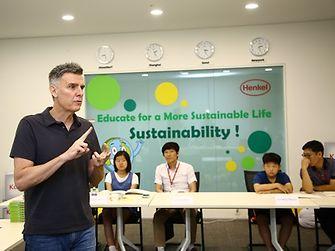 Henkel Korea President Gregg Rossier gave the children a lecture on sustainable behavior