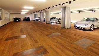 Edler Untergrund für edle Karossen – sind alle Boxen besetzt, haben insgesamt neun Sportwagen in der Garage ihren Platz