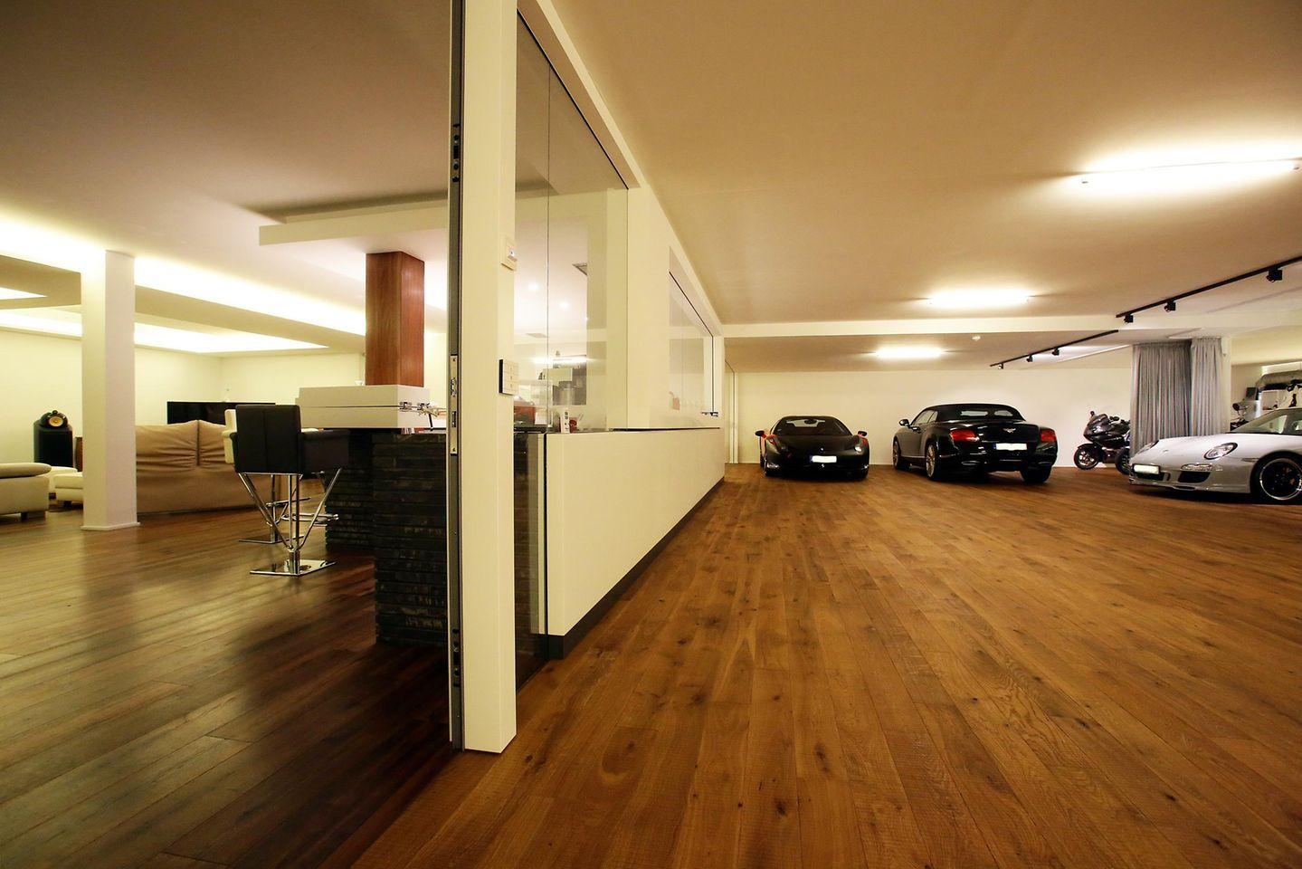Eine Glastür bildet den Übergang von der Garage zur Villa