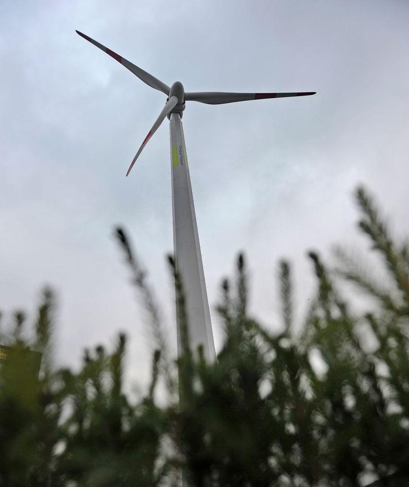 Die innovative Windkraftanlage TimberTower bei Hannover, deren Turm komplett aus verleimtem Holz besteht