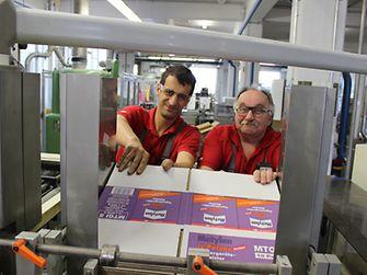 Für die technische Optimierung einer Verpackunsgsanlage in der Metylanproduktion wurden Mustafa Batmaz (links) und Karlheinz Becker von Henkel für eine besonders effiziente Idee ausgezeichnet.