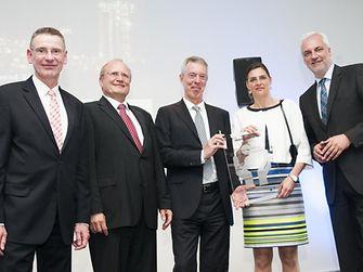 Dr. Thomas Haeberle (Vorstandsvorsitzender VCI NRW / Evonik) , Dr. Bernd Kaletta (Jurymitglied / LANXESS), Dr. Andreas Bruns und Dr. Ute Krupp von Henkel sowie NRW-Wirtschaftsminister Garellt Duin