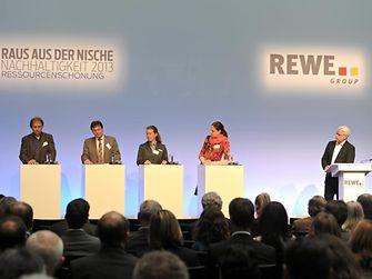 Imke Grassau-Zetzsche (Unilever), Günter Dehoust (Ökoinstitut), Dr. Werner Schuh (Henkel), Christiane Huxdorff (Greenpeace), Dr. Daniela Büchel (REWE Group) mit Moderator Volker Angres (v.l.n.r.)