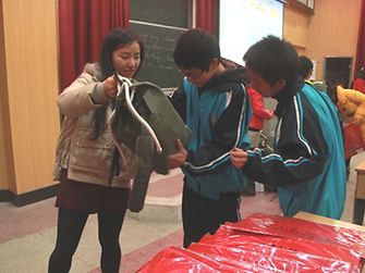 Lili Shen from Grateful Green core team passed the gift bags to students.