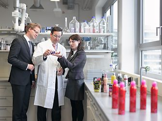 Henkel Beauty Care employees in lab talking about the hair styling product got2b Powder'ful