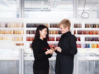 Dos empleados dialogando en el salón de pruebas.
