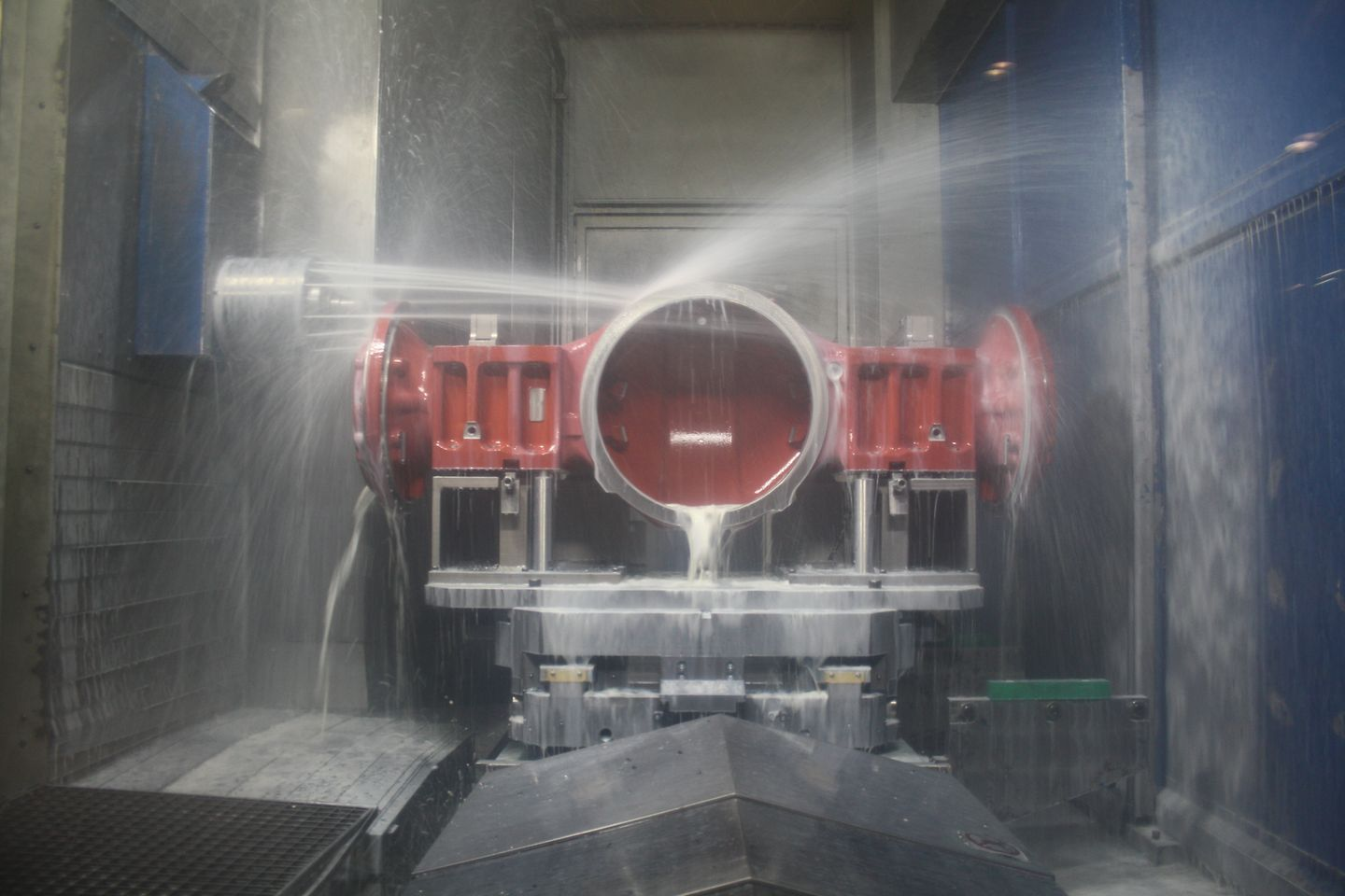 Fully automatic milling, cutting and grinding machines shape the massive axle blanks in completely enclosed machining units