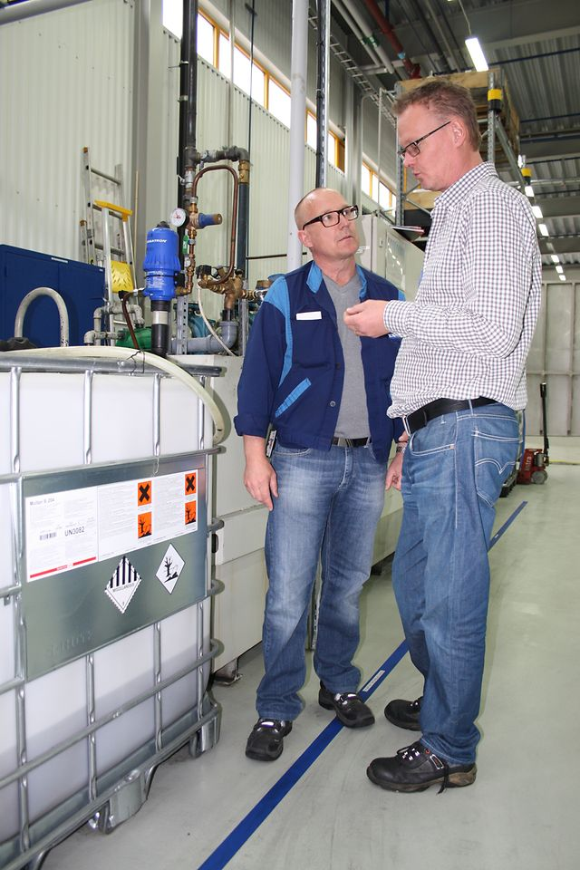 Lars Wahlberg (left), production engineer at the customer's factory, talking to Thomas Andersson, application specialist at Henkel Norden