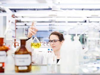 Female employee in the Henkel innvoation laboratory.