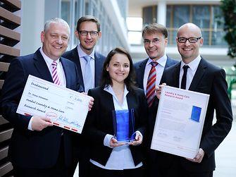 """Der """"Laundry & Home Care Research Award 2014"""" wurde Dr. Anna Klemmer von Prof. Dr. Thomas Müller-Kirschbaum, Dr. Michael Dreja, Dr. Peter Schmiedel und Dr. Arndt Scheidgen (vlnr) überreicht"""