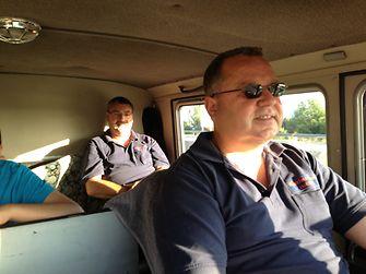 Uwe Westphal und Silvio Gehlen von der Henkel-Werkfeuerwehr auf der Fahrt nach Türkeli