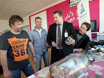 Björn Koch vom TÜV Rheinland (2.v.r.) wird unter anderem über Sicherheitsvorkehrungen für den Umgang mit Gefahrstoffen informieren