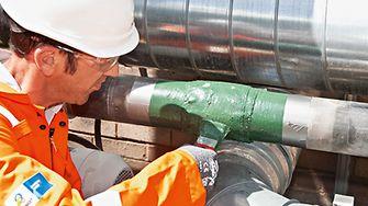 Bilfinger expert repairing pipes
