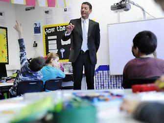 Výkonný riaditeľ spoločnosti Henkel Kasper Rorsted sa rozpráva o udržateľnosti so školákmi v Düsseldorfe
