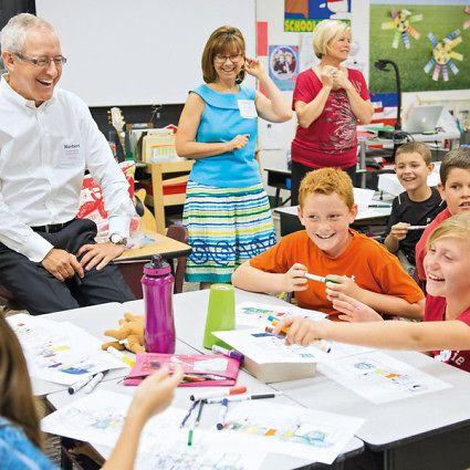 Norbert Koll, prezident spoločnosti Henkel Consumer Goods Inc. sa stretol so školákmi v Scottsdale v Arizone