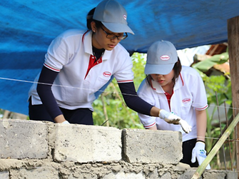 Henkel employees working with Habitat for Humanity in Indonesia