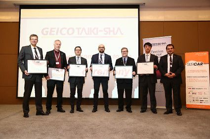 自左到右:Stephan Winkels博士,汉高亚太区粘合剂技术汽车事业部大客户总监,和Peter Born教授,汉高粘合剂技术汽车与金属事业部技术总监,与其他获奖嘉宾在上海颁奖典礼上的合影