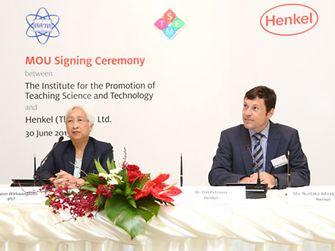 (จากซ้ายไปขวา) ดร.พรพรรณ ไวทยางกูร ผู้อำนวยการ สถาบันส่งเสริมการสอนวิทยาศาสตร์และเทคโนโลยี และ ดร.ทิม เพทซินน่า ประธาน บริษัท เฮงเค็ล (ประเทศไทย) จำกัด ได้ลงนามความร่วมมือในการส่งเสริมความยั่งยืน