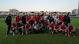 The German national women's team with the two young girls from Hamburg