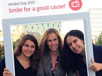 Empleadas en las oficinas de Barcelona participando en la iniciativa solidaria de Henkel