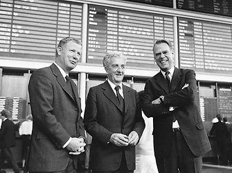 Salida a bolsa el 11 Octubre de 1985: Dr. Konrad Henkel (centro) con sus sobrinos Dr. Jürgen Manchot (izquierda) y Dipl.-Ing. Albrecht Woeste.