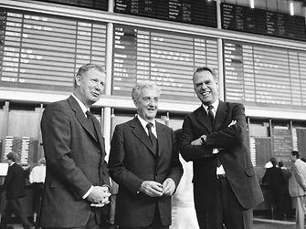 Dr. Konrad Henkel (Mitte) mit seinen Neffen Dr. Jürgen Manchot (links) und Dipl.-Ing. Albrecht Woeste beim Börsengang der Henkel-Vorzugsaktien am 11. Oktober 1985