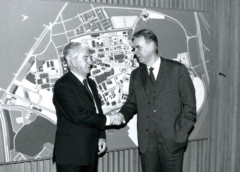 Dr. Konrad Henkel übergibt 1990 den Vorsitz des Gesellschafterausschusses an Dipl.-Ing. Albrecht Woeste.