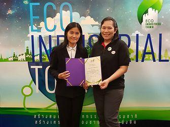 คุณ วันเพ็ญ คล่องสั่งสอน (ขวา) ผู้จัดการฝ่ายความปลอดภัย สุขอนามัย สิ่งแวดล้อมและคุณภาพ ผลิตภัณฑ์ดูแลความงาม เฮงเค็ล ประเทศไทยเป็นตัวแทนของโรงงานยามาฮัทสึรับมอบประกาศนียบัตรการรับรองโรงงาน สีเขียวระดับ 3 จากคุณจุรีพร บุญ-หลง ผู้จัดการอาวุโส สถาบันรับรองมาตรฐานไอเอสโอประจำประเทศไทย