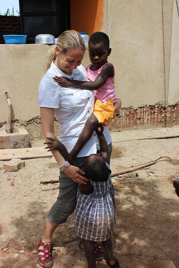 Gabriele Haak mit zwei Kindern von Sonrise