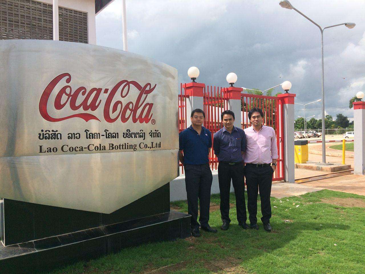 ทีมกาวอุตสาหกรรมของเฮงเค็ล ประเทศไทย (จากซ้าย) คุณขวัญชัย อุดมเกียรติกูล (ซ้าย) ผู้จัดการกลุ่มธุรกิจกาวอุตสาหกรรม คุณณราวุฒิ ชาปัญญา วิศวกรฝ่ายขาย และคุณชาติรุจน์ เก่งอนันต์สกุล ผู้จัดการฝ่ายขาย