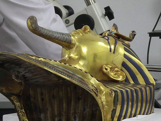 2015-12-17-henkel-klebstoffexperten-tutanchamun-restauration-maske.jpg