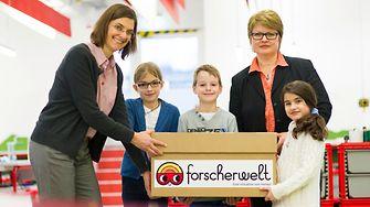 Kinder der Gemeinschaftsgrundschule Rolandstraße Düsseldorf mit Lehrerin und Dr. Ute Krupp