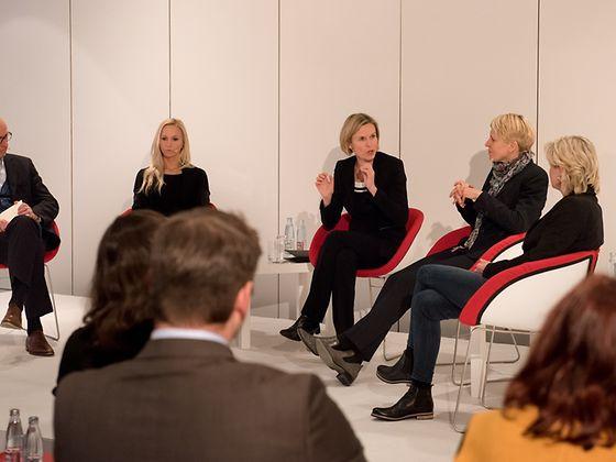 Personalvorstand Kathrin Menges (Mitte) lud drei Vertreterinnen der DFB Frauen-Nationalmannschaft ein
