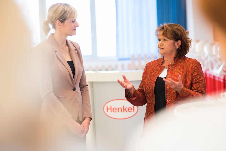Regina Neumann-Busies, Leiterin der Sozialen Dienste bei Henkel (r.), mit Ministerin Christina Kampmann