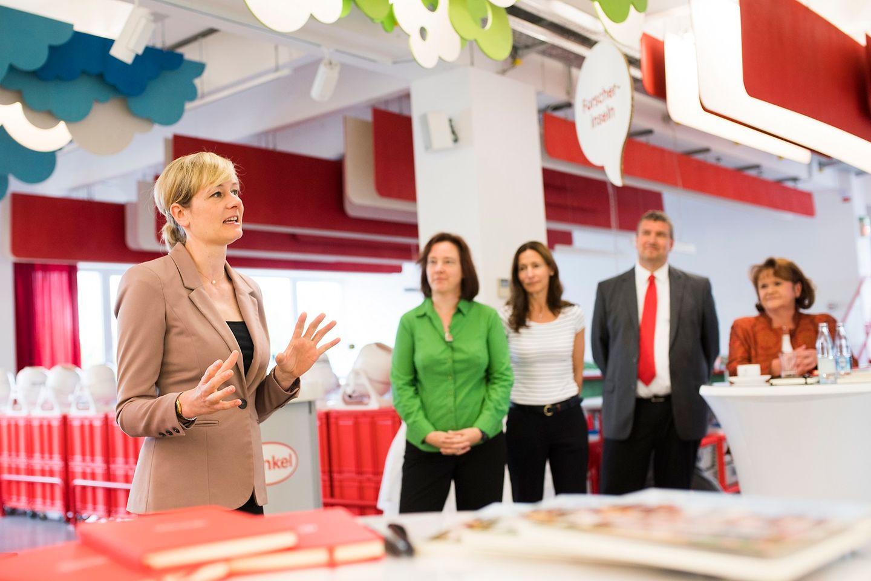 Ministerin Christina Kampmann (links) zu Gast bei Henkel