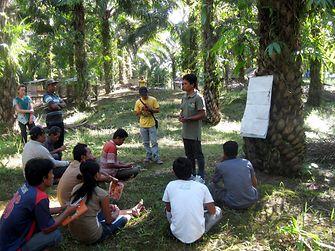 Eine Trainer mit seiner Gruppe in West Kalimantan