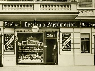 1898: Hans Schwarzkopf and his wife Martha took over a drugstore in Berlin-Charlottenburg