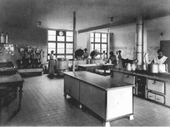 1915: At the Henkel premises, a modern factory canteen was opened - with the capacity of 1,000 meals.