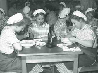 1951: After the allied occupation, Henkel's gastronomy took back the operation of the canteen.