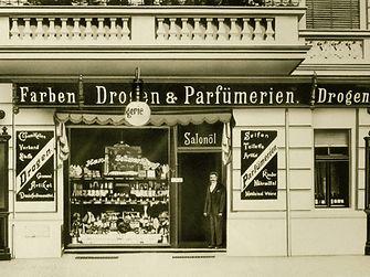 1898: Hans Schwarzkopf took over a drugstore in Berlin