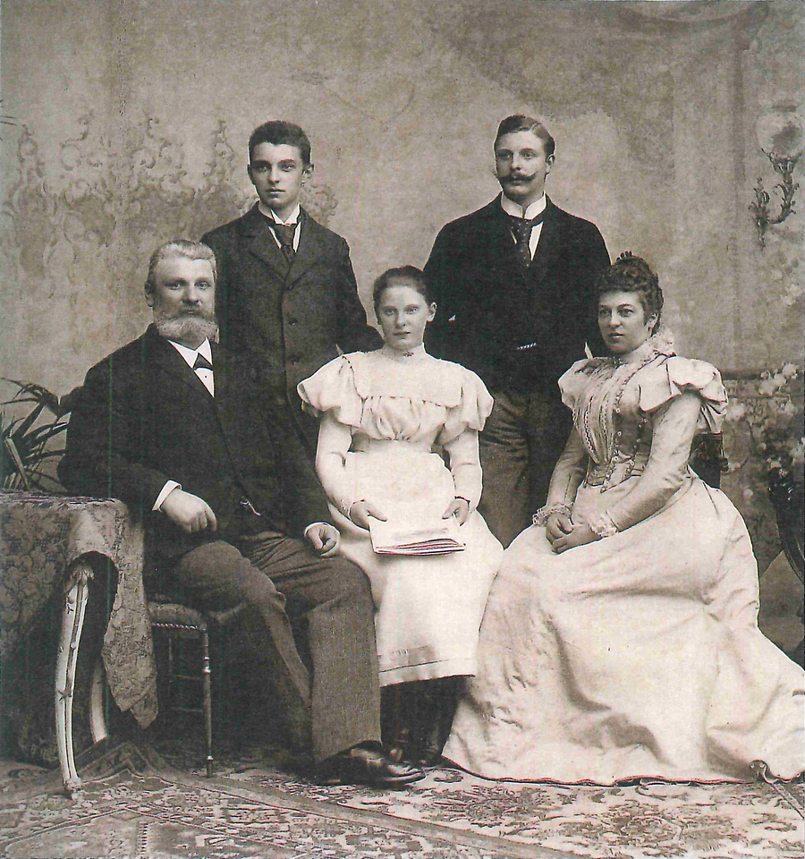 1901: Fritz Henkel with his wife Elisabeth und three children Fritz junior (standing to the right), Hugo and Emmy
